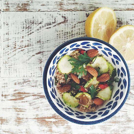 Salada de quinoa com amêndoas e hortelã.