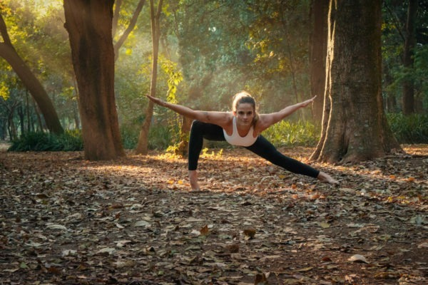 Larissa Luna em posição de flexibilidade